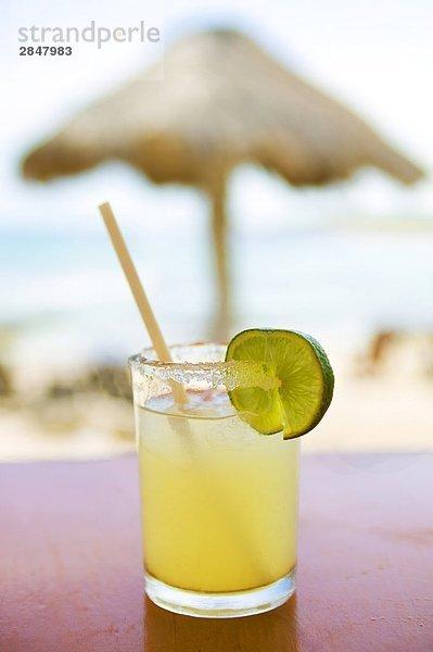 Nahaufnahme cocktail für eine Tabelle in einer Bar am Strand, Mexiko