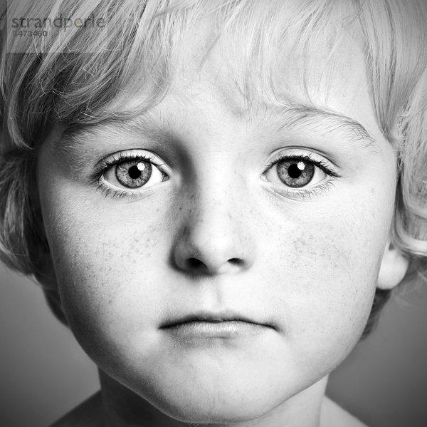 Fünfjähriger Junge, Portrait, schwarz-weiß