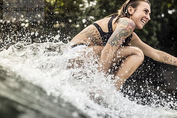 Indonesien, Java, glückliche Frau beim Surfen