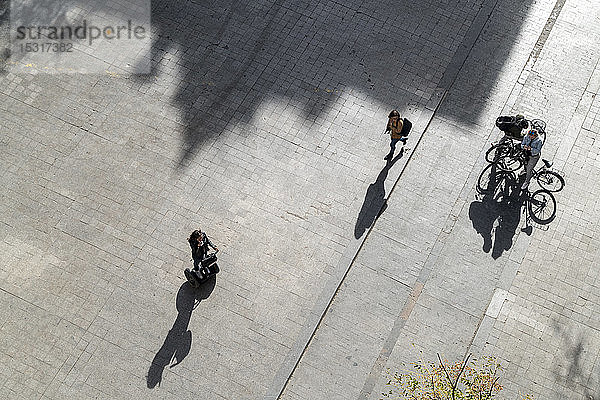 Draufsicht auf Menschen mit Fahrrädern und Segway