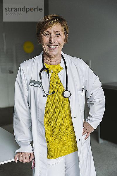 Porträt eines glücklichen Arztes