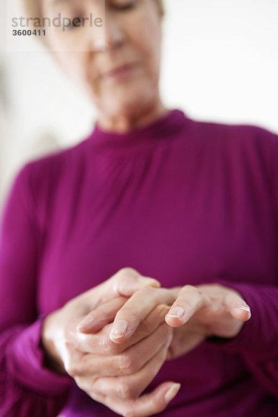 Frau mit Fingerschmerzen