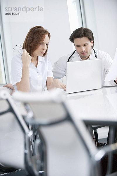 Ärzte, die an einem Laptop arbeiten