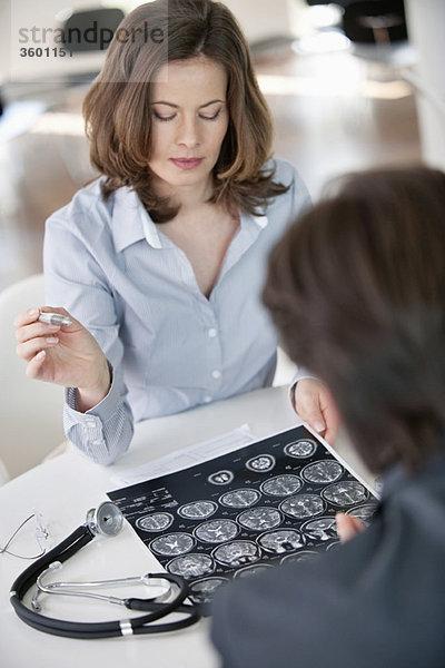 Arzt bei der Untersuchung eines Röntgenberichtes