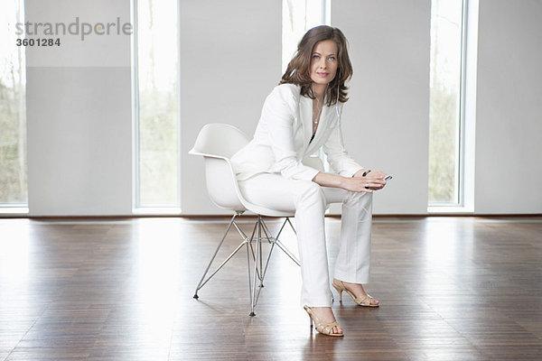 Geschäftsfrau sitzend im Wartezimmer