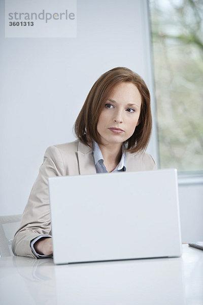 Geschäftsfrau bei der Arbeit am Laptop
