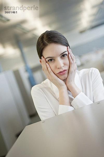 Porträt einer Geschäftsfrau, die besorgt aussieht
