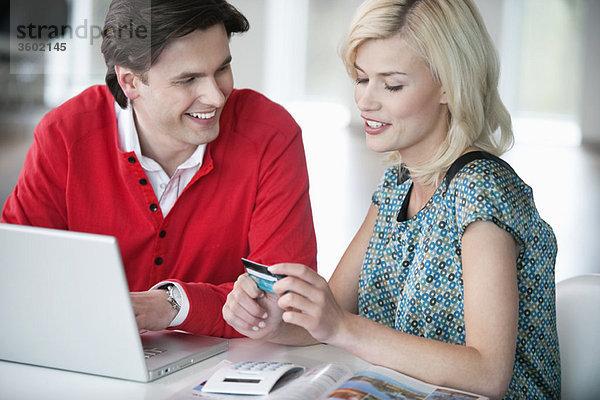 Paare online einkaufen mit einem Laptop