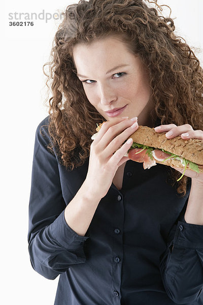 Frau isst ein Sandwich