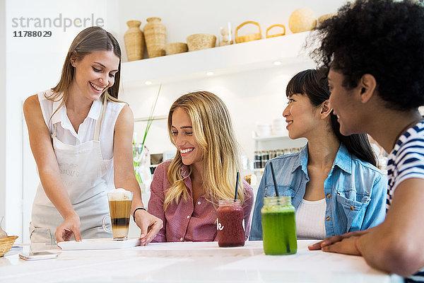 Freunde beim gemeinsamen Trinken im Cafe