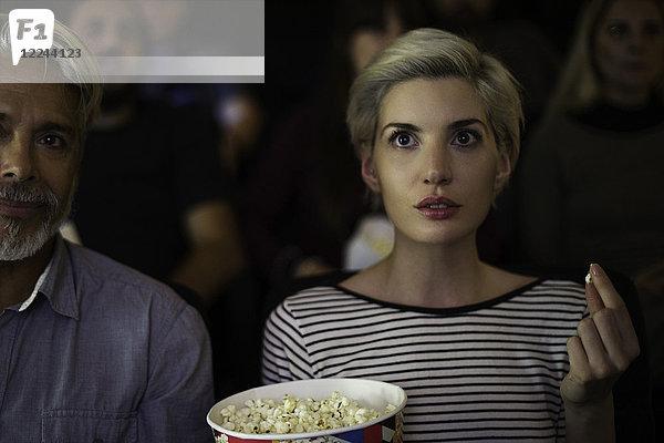 Ein Paar schaut sich den Film zusammen an