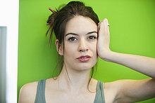Porträt einer traurig aussehenden Frau
