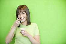 Porträt einer Frau beim Joghurtessen