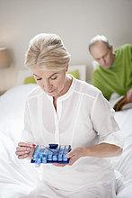 Frau nimmt eine Kapsel mit ihrem Mann hinter sich.