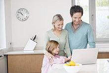 Familie mit einem Laptop