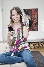 Mädchen beim Hören eines MP3-Players