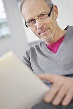 Porträt eines Mannes mit einem Buch
