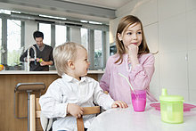 Mädchen am Frühstückstisch mit ihrem Bruder