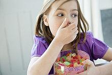 Mädchen mit einer Schachtel voller Gummibonbons
