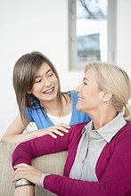 Nahaufnahme einer Frau, die mit ihrer Enkelin lächelt
