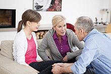 Mädchen sitzend mit ihren Großeltern