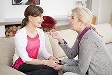 Frau im Gespräch mit ihrer Enkelin