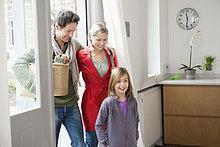 Familie, die das Haus betritt