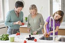 Familie bei der Zubereitung von Speisen in der Küche