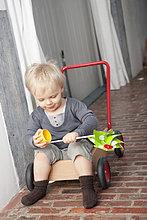 Junge spielt mit einem Windrad