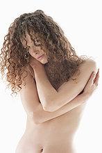 Frau bedeckt ihre Brüste
