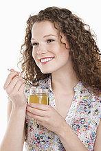 Nahaufnahme einer Frau beim Honigessen