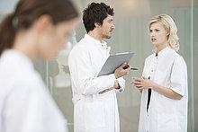 Zwei Ärzte diskutieren miteinander