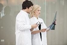 Ärzte untersuchen einen Röntgenbericht