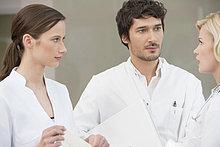 Drei Ärzte diskutieren miteinander