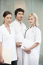 Porträt von drei zusammenstehenden Ärzten