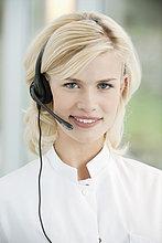 Porträt einer Kundenbetreuerin mit Headset