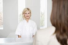 Eine Krankenschwester, die eine Frau ansieht.