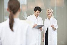 Arzt im Gespräch mit ihrem Kollegen