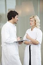Ärzte bei der Untersuchung eines medizinischen Gutachtens