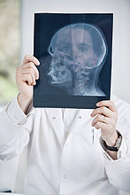 Männlicher Arzt bei der Untersuchung eines Röntgenbildes