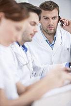 Arzt im Gespräch mit dem Handy