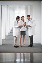 Drei Ärzte diskutieren über einen medizinischen Bericht
