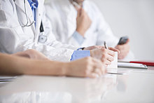 Drei Ärzte sitzen in einem Büro