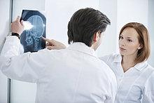 Zwei Ärzte bei der Untersuchung eines Röntgenbildes