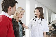 Ärztin tröstet einen Patienten