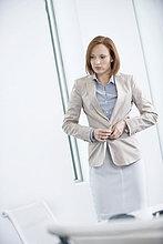 Frau beim Anziehen im Büro