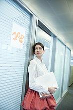 Kandidatin, die vor einer Kabine auf ein Vorstellungsgespräch wartet.