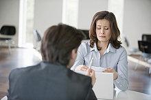 Geschäftsfrau verärgert beim Betrachten einer Rechnung