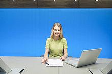 Geschäftsfrau bei der Arbeit im Konferenzraum