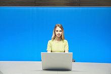 Geschäftsfrau bei der Arbeit am Laptop im Konferenzraum